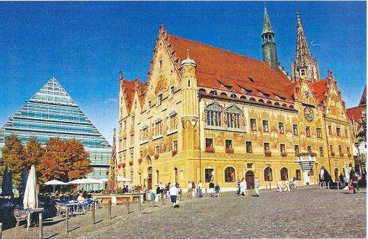 Oud en nieuw: raadhuis en daarachter de stadsbibliotheek van Ulm
