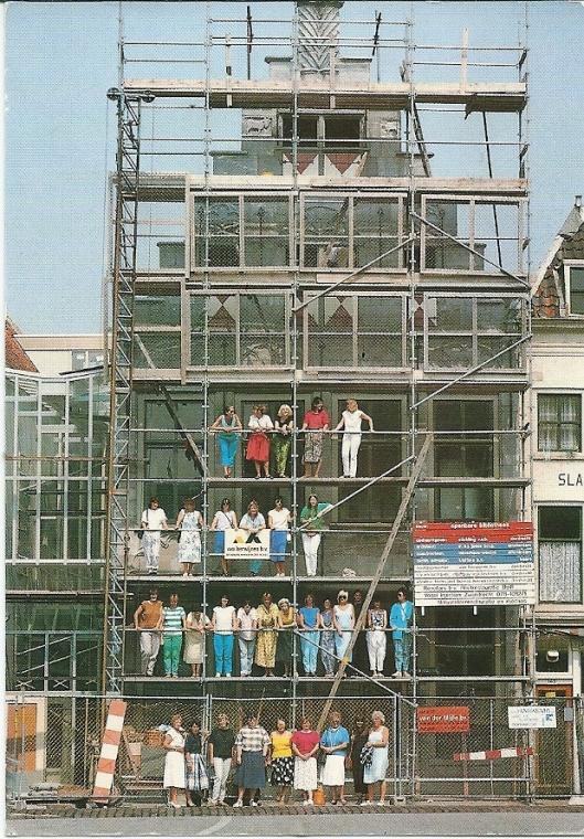 Het voltallige personeel van de openbare bibliotheek Dordrecht op de steigers van de nieuwe bibliotheek in een historisch pand, Groenmarkt 153
