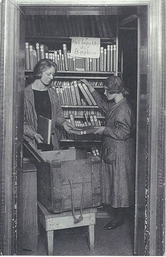 Een boekenkist wordt ingepakt bij de Centrale Vereniging voor Reizende bibliotheken, van 1920 tot 1936 gevestigd in een historisch pand in Broek in Waterland