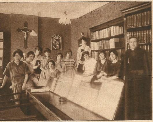 Practische les in de openbare leeszaal te Sittard onder leiding van pater Jurgens, directeur der (r.k.) openbare leeszaal te Eindhoven (Katholieke Illustratie, 1922)