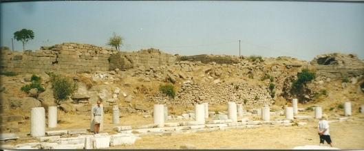 Hans Krol in 2001 bij de schamele restanten van de antieke bibliotheek in Pergamon (Turkije)