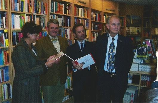 Op 28 oktober 2008 vond bij Boekhandel Blokker de presentatie plaats van 'Focus op Heemstede'. V.l.n.r.: burgemeester Marianne Heeremans, co-aueur Michel Bakker, voorzitter van de historische vereniging Heemstede Bennebroek: Jaap Verschoor en co-auteur Hans Krol