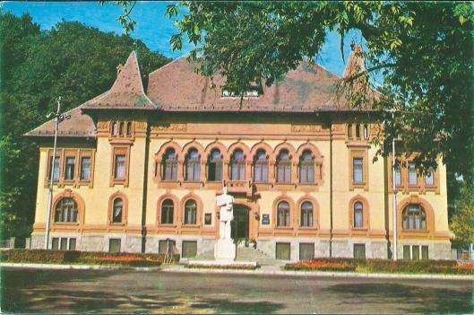 Streekbibliotheek van Brasov in Roemenië. Voor het gebouw een standbeeld van George Baritiu (1812-1893), historicus, journalist en geleerde.