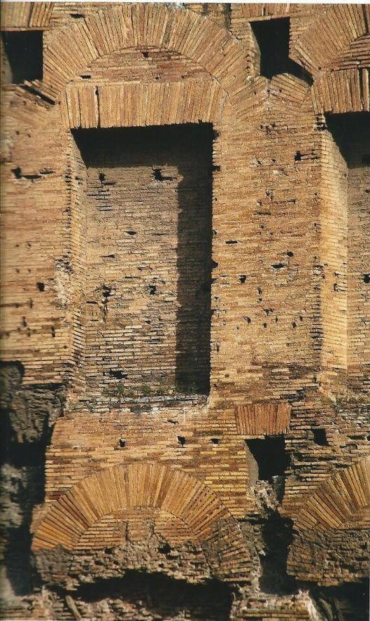 Bibliotheek van de thermen van Trajanus, circa 104 na Christus. De nissen bevinden zich op twee niveaus. Langs de wanden hebben destijds planken met boeken gezeten.