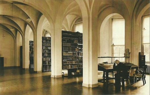 Een priester aan de studie in de bibliotheek van kleinseminarie Hageveld. Aangevangen in 1817 was de collectie aanzienlijk, vooral te danken aan de nalatenschappen van leraren en priesters van het bisdom. In 1979 is de bibliotheek ontmanteld.