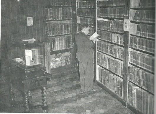 Jaap Meijer in zijn domein als bibliothecaris van Portugees-Israëlitische bibliotheek Ets Haim in Amsterdam (foto collectie Mirjam Chorus-Meijer, uit: boek van Evelien Gans)