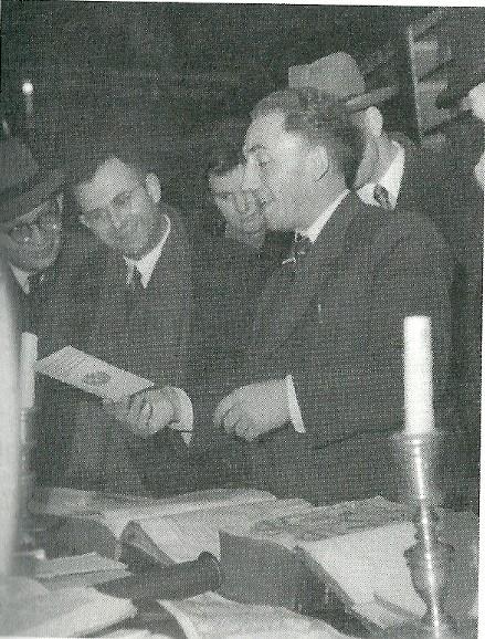 Bij de heropening van Ets Haim op 30 november 1947. Links van Jaap Meijer zijn zwager Joop Voet (foto Boris Kowadlo, uit privécollectie Mirjam Chorus-Meijer, uit de biografie van prof. Evelien Gans)