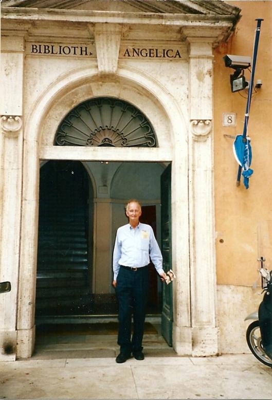 Hans Krol voor de entree van de Biblioteca Angelica in Rome, 2007