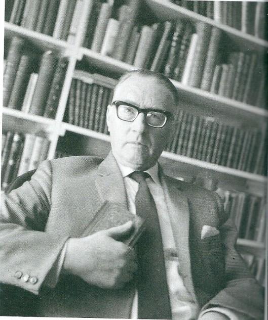 Theun de Vries voor zijn privébibliotheek (foto Jac de Nijs, 1963)