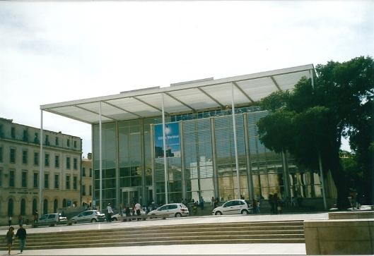 De fraaie mediatheek in het stadscentrum van Nîmes