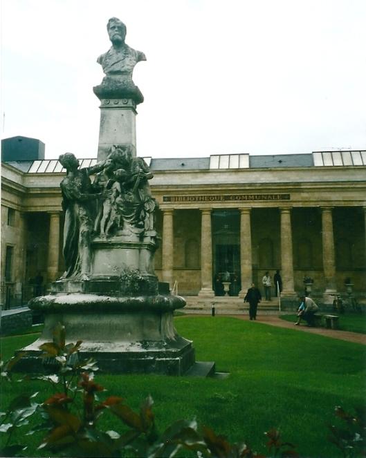 De in klassieke stijl gebouwde bibliotheek van Amiens