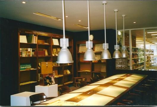 Het bibliotheekmeubilair ten dele afkomstig uit de vroegere openbare bibliotheek Doetinchem