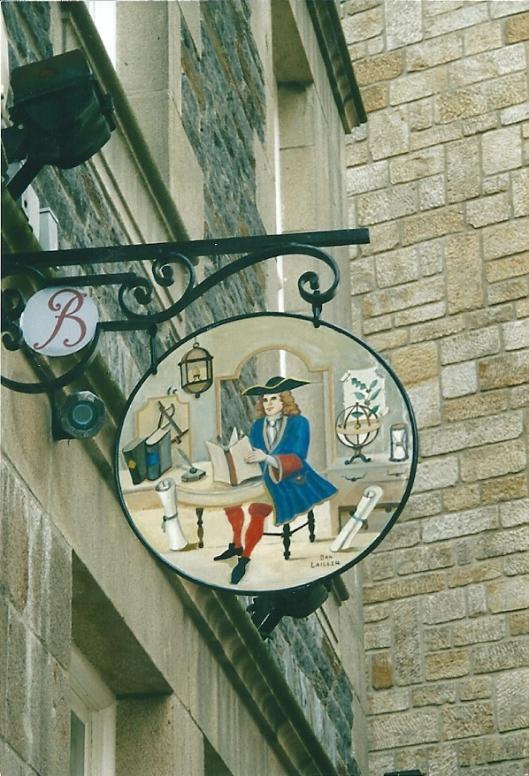 Tpepaaselijk historisch uithangbord bij de stadsbibliotheek van Saint-Malo, Frankrijk