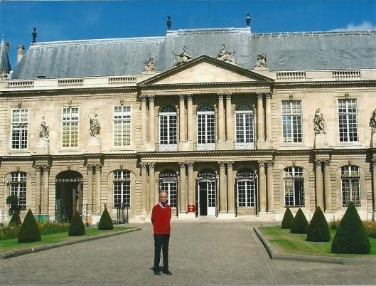 Hans Krol voor het hoofdgebouw van het Nationaal Archief van Frankrijk in Parijs