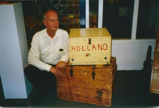 Hans Krol met onder een noekenkist van de Reizende Bibliotheken en daarboven van boekenhulp vanuit de Verenigde Staten na de Tweede Wereldoorlog
