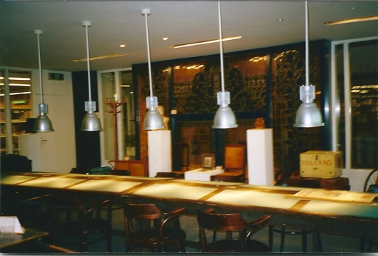 Voor 1999 was het bibliotheekmuseum gehuisvest in het gebouw van het Nederlands Bibliotheek en Lektuur Centrum aan de Taco Scheltemastaat in Den Haag
