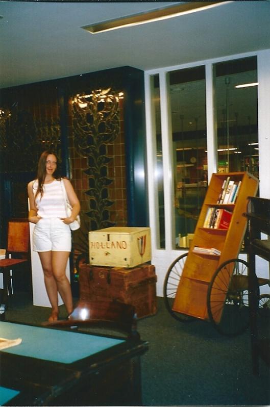 Rechts een boekenkar in het bibliotheekmuseum