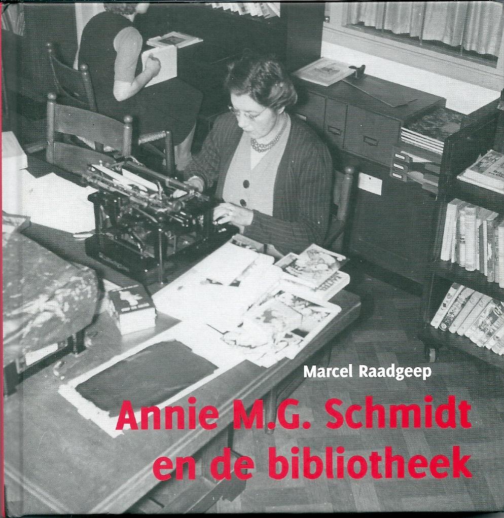 annie M.G.Schmidt aan het werk in de kinderleeszaal van het Nut te Amsterdam. Vooromslag van publicatie: Annie M.G.Schmidt en de bibliotheek; door Marcel Raadgeep. 2012.