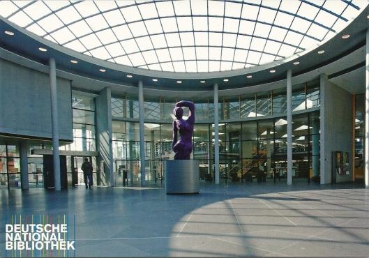 Hal van de Deutsche National Bibliothek, Frankfurt am Main. Sculptuur van Georg Baselitz. (foto Stephan Jockel)