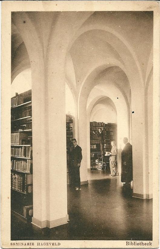 Ansichtkaart met priester en studenten in de seminariebibliotheek van Hageveld