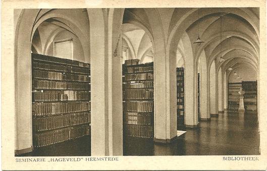 Prentbriefkaart van interieur bibliotheek kleinseminarie Hageveld, Heemstede