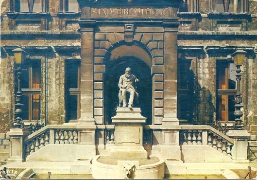 Vooraanzicht Stadsbibliotheek/Erfgoedbibliotheek Antwerpen. Het standbeeld stelt Hendrik Conscience voor