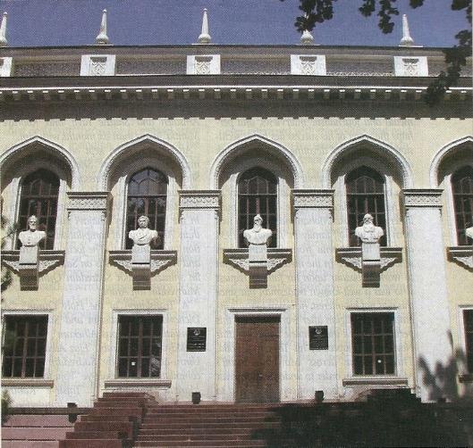 Voorgevel nationale Bibliotheek van Tajistikan , vernoemd naar de dichter Hakim Ferdowski, in Dushanbe.