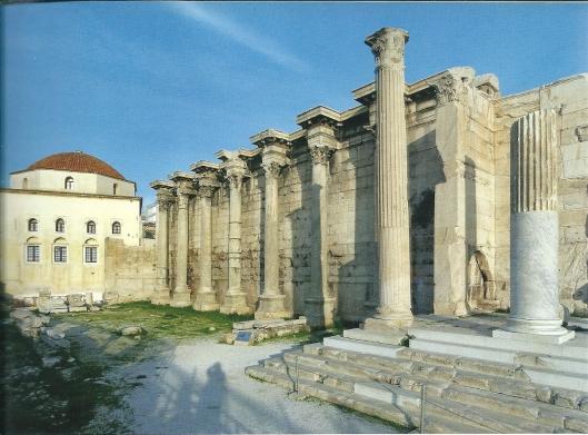 Stenen restanten van de Hadrianus-bibliotheek in Athene, in 132 na Christus door de Romeinse keizer gesticht.