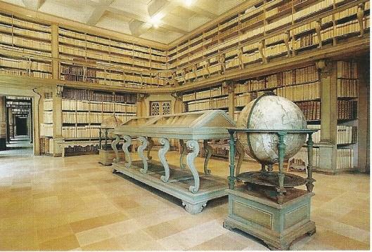 De Biblioteca Civica Gambalunga in Rimini, gebouwd in 1756 door Bernardino Brunelli. Op de voorgrond de uit Amsterdam geïmportreerde wereldbol van Blaeu.