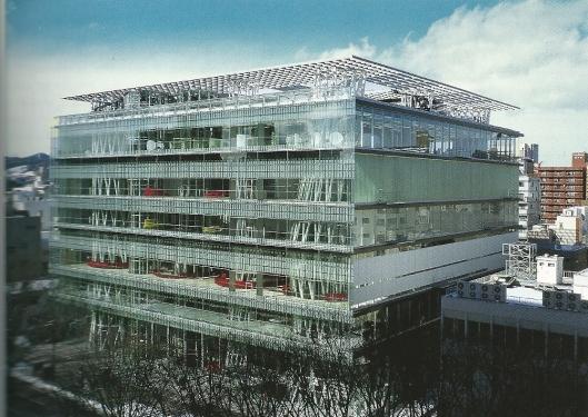 De mediatheek van Sendai, gezien vanuit het zuidwesten