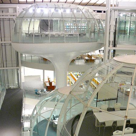 'Geluiddichte leesruimten' in het centrale atrium van se Seikei universiteitsbliotheek, Japan.