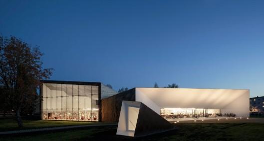Seinäjoki openbare bibliotheek , Finland. In de jaren 60 ontworpen door Alvar Aalto en in 2012 vernieuwd naar een ontwerp van JKMM