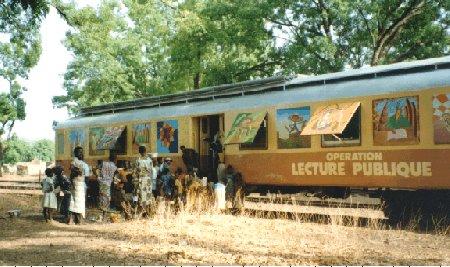 Wagon als bibliotheek ingericht in Senegal (Dorothee Kiforova)