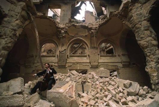 Cellist speelt een droevige sonate in de verwoeste bibliotheek van Serajevo