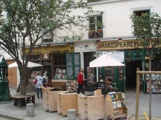 Hans Krol op weg naar de Parijse boekhandel Shakespeare & Co.