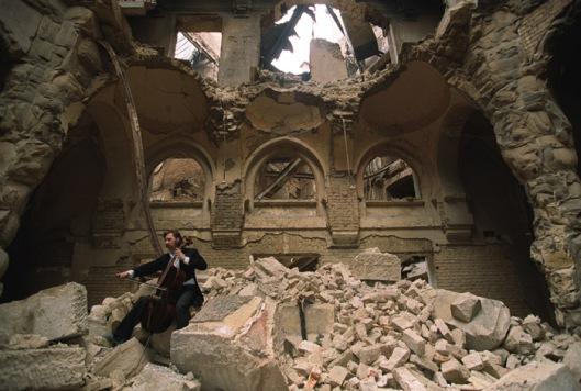 De cellist Vedran Smailovic speelt een requiem in de in 1992 verwoeste Nationale Bibliotheek van Bosnië in Serajevo