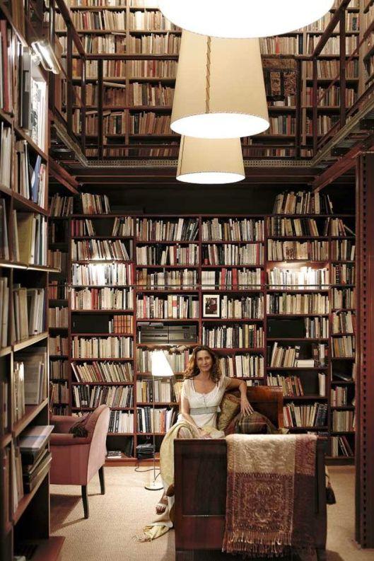 De Spaanse schrijfster Nuria Amat in haar privébibliotheek