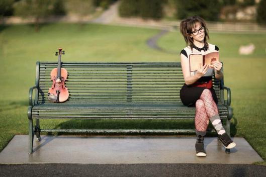 Lindsay Stirling, violiste, lezwnd in het park (Ar Eleji)
