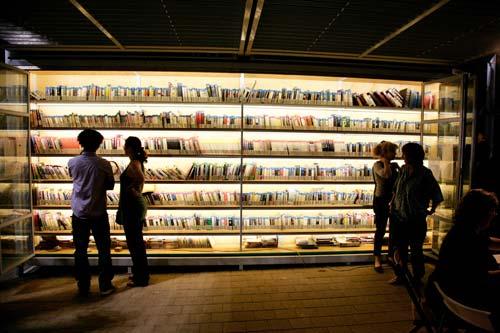 Tel Aviv Garden Library bij vobd. Op de rekken van twee glaezn boekenkasten staan cireca 3.500 boeken in 16 talen.