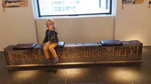 Tije van der Voort (3) uit Heemstede bezocht 20 augustus 2015 voor de eerste maal de Koninklijke Bibliotheek en het Kinderboekenmuseum in Den Haag.
