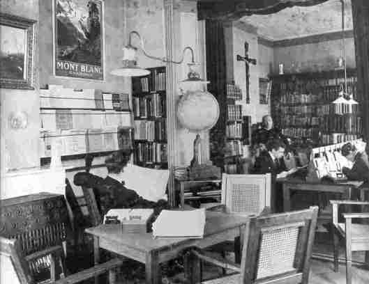 Interieur van de in 1913 opgerichte r.k. openbare leeszaal op de bovenverdieping van boekhandel Bergmans aan de Langestraat 67 Tilburg