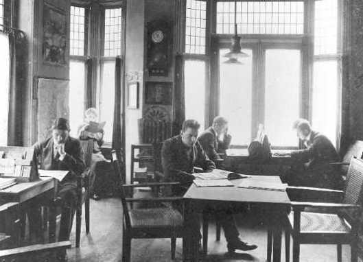 De eerste leeszaal van de r.k.bibliotheek Tilburg op de bovenverdieping van Bergmans
