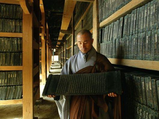 Tripitaka Koreana uit 1251, Haeinsa, Zuid-Korea. Een van de oudste intact gebleven bibliotheken bestaan de uit houten drukblokken van boeddhistische geschriften.