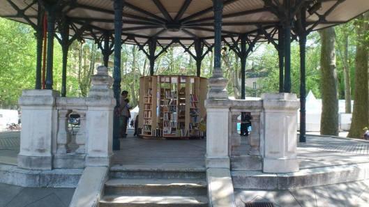 Open bibliotheek in een stadspark te Grenoble (Beatrice Roux)