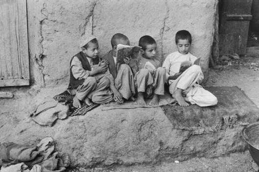 Turkse kinderen met jeugdboeken (Karine-Karima Tribur Otb)