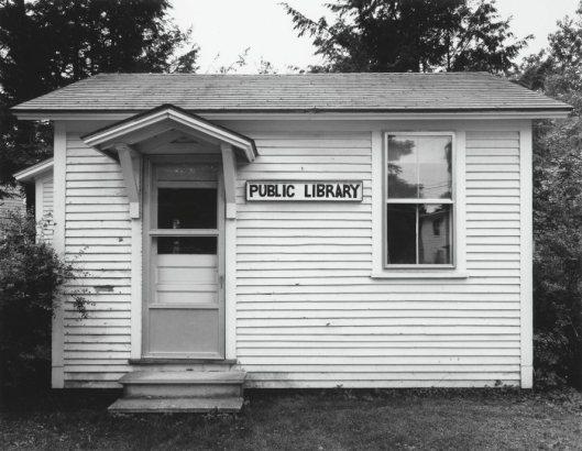 De USA telt circa 36.000 bibliotheken, waarvan bijna 17.000 openbare. Lange tijd de kleinste openbare bibliotheek in de V.S. was Hartland Four Corners, Vermont'. (foto Robert Dawson, 1994)