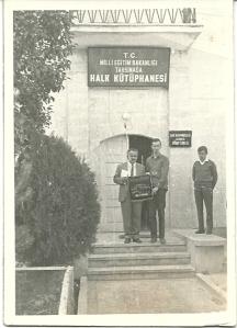 Mustfa Güzelgöz (links), directeur van de openbare bibliotheek in Urgüp, Capadocië, met naast hem Hans Krol in 1970 voor het gebouw van de bibliotheek.