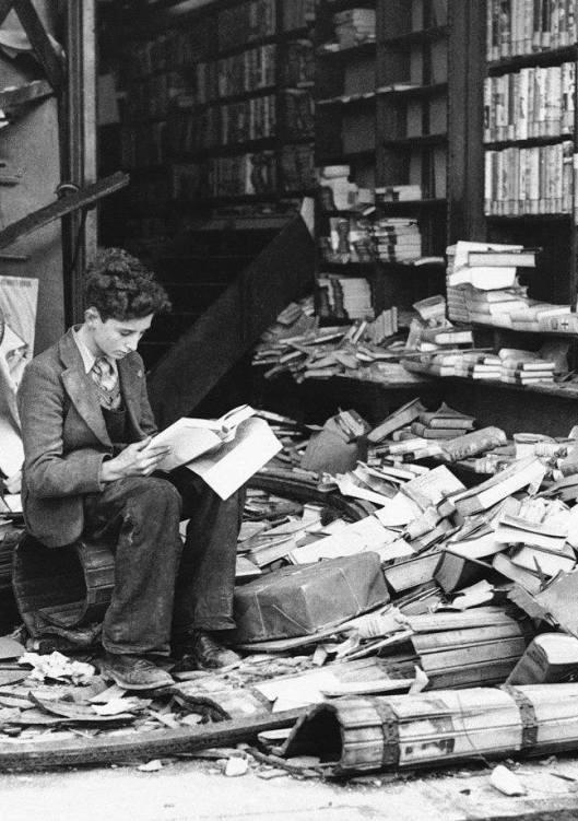 Ten gevolge van Duitse bombardementen verwoeste boekhandel in Londen