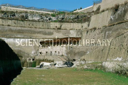 Ten dele uitgegraven villa van de payri in Herculaneum. Was eigendom van Caesar's schoonvader Lucius Calpurnius Piso Ceasonius. Hier zijn 1.00 papyrusrollen ontdekt, tegenwoordig in de Nationale Bibliotheek Te Napels.