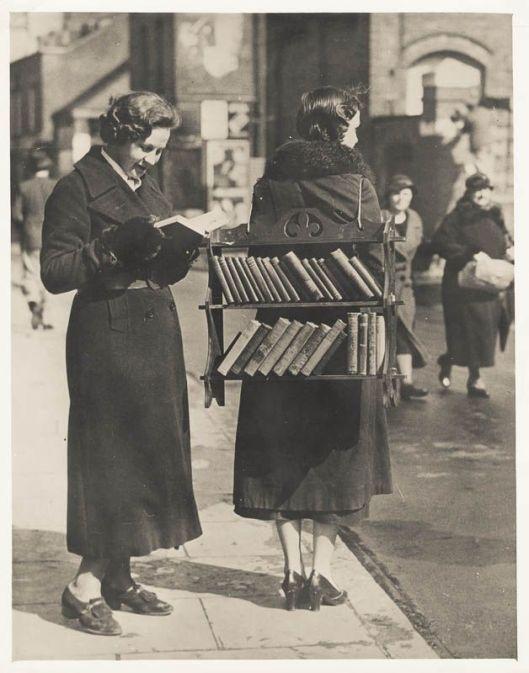 Wandelende bibliotheek in London, circa 1920
